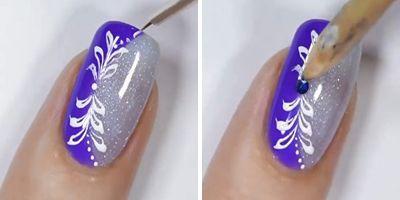 pintando a unha e aplicando pedrinha de unhas