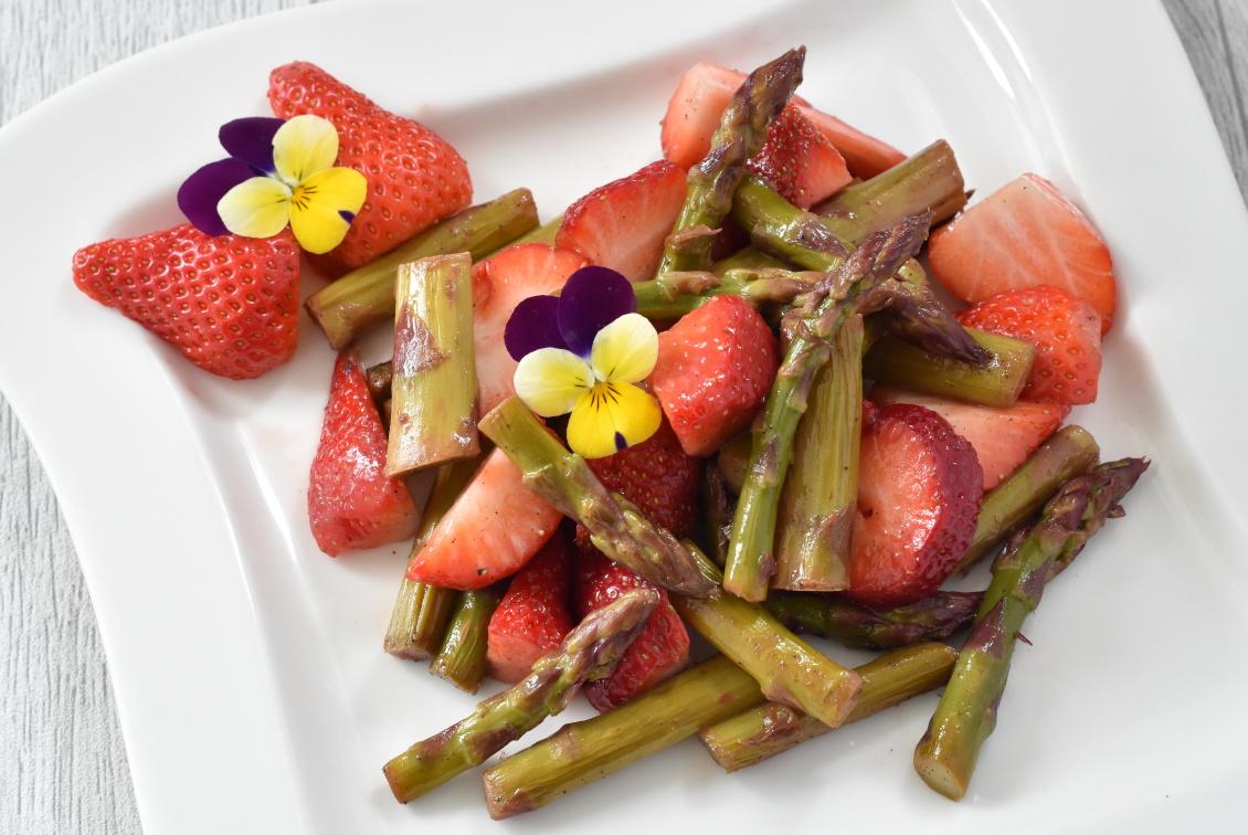Spargelzeit Rezept - Leckerer Spargelsalat mit Erdbeeren - schnell und einfach