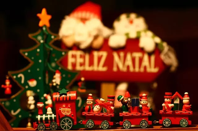 Wish You Feliz Natal और Happy Christmas!