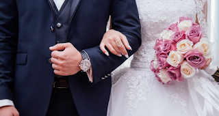 Έστελνε προσκλήσεις για τον γάμο της χωρίς καν να της έχει γίνει πρόταση
