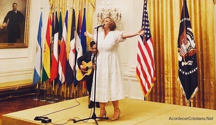 Christine D'Clario cantando en la Casa Blanca por la Herencia Hispana