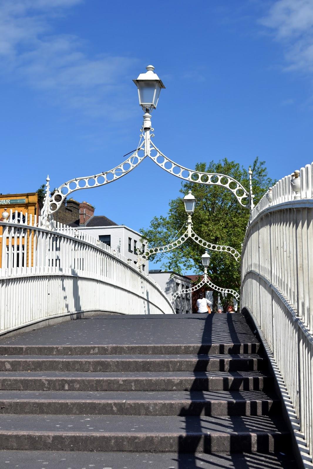 half penny bridge, ha'penny bridge, liffey bridge, wellington bridge, Dublin, Ireland, Europe, things to do in dublin, guide to dublin, travel blog, travelling, the custom house, liffey, ireland photography, dublin photography, eire, Guinness, temple bar, irish pub, traditional, cobbled street, beautiful, docks, dublin spire, O'Connell street, post office, LUAS, tram, Dublin Castle, half penny bridge, ha'penny bridge, liffey bridge, wellington bridge,