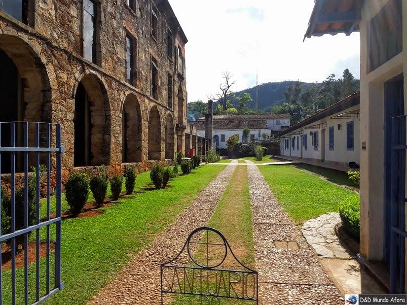 Serra do Caraça - À esquerda, prédio que abrigava o antigo colégio - hoje museu e biblioteca