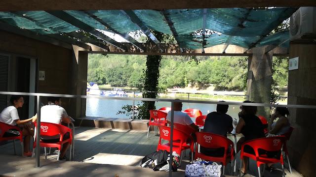 Esplanada do bar da Praia Fluvial da Queimadela
