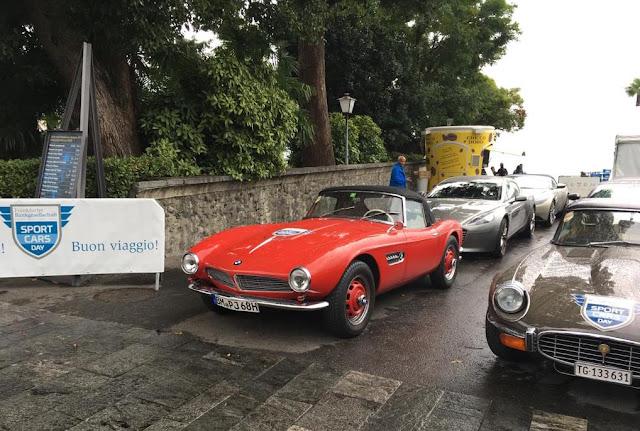 Roter Oldtimer BMW und andere Sportwagen auf dem Sportcars Day 2018 in Ascona