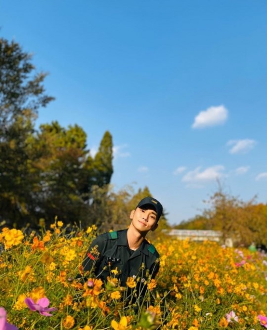 SHINEE Key greet fans with his bright smile and pretty flowers in his latest Instagram Update!