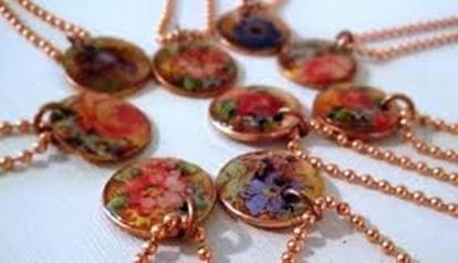 Liontin kalung terbuat dari koin