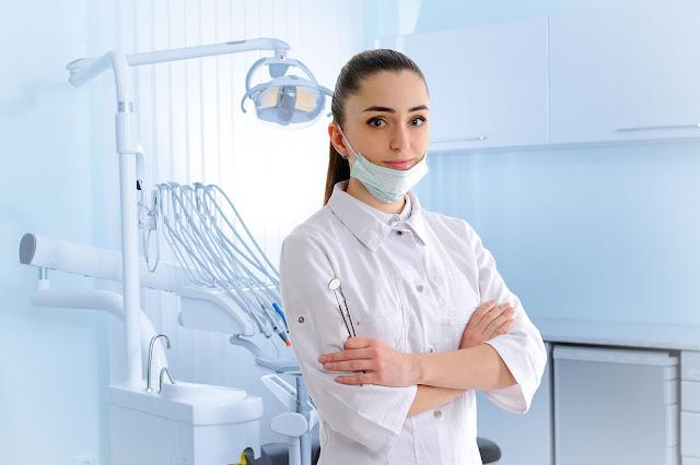 chirurg stomatolog wyrywa ósemki