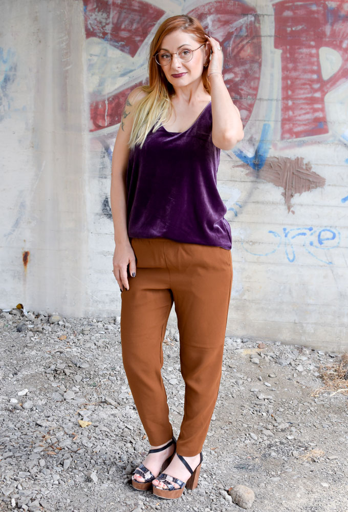 brauner Hosenanzug für Damen, Samt richtig kombinieren