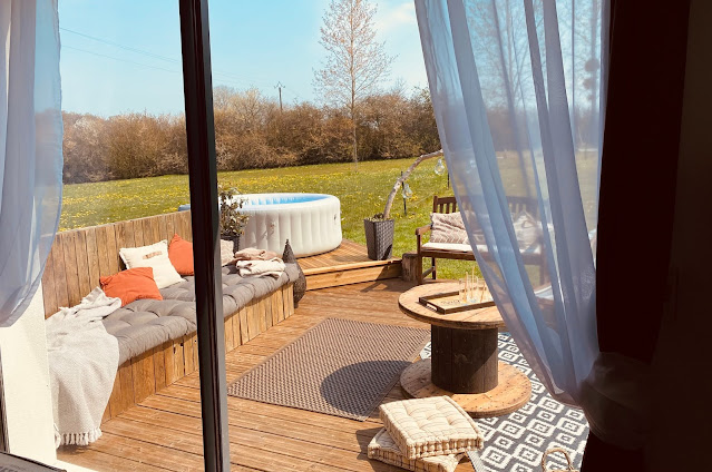 terrasse en bois et jacuzzi