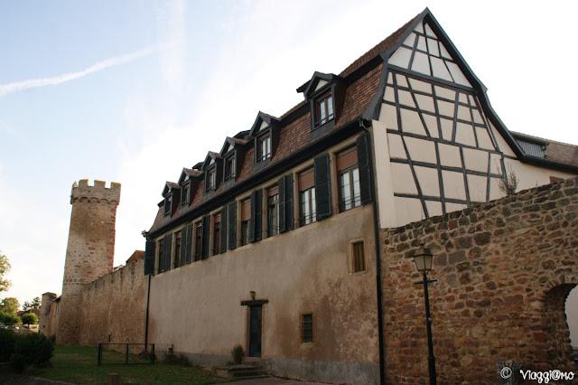 Una porzione della cinta muraria inglobata nelle case di Obernai