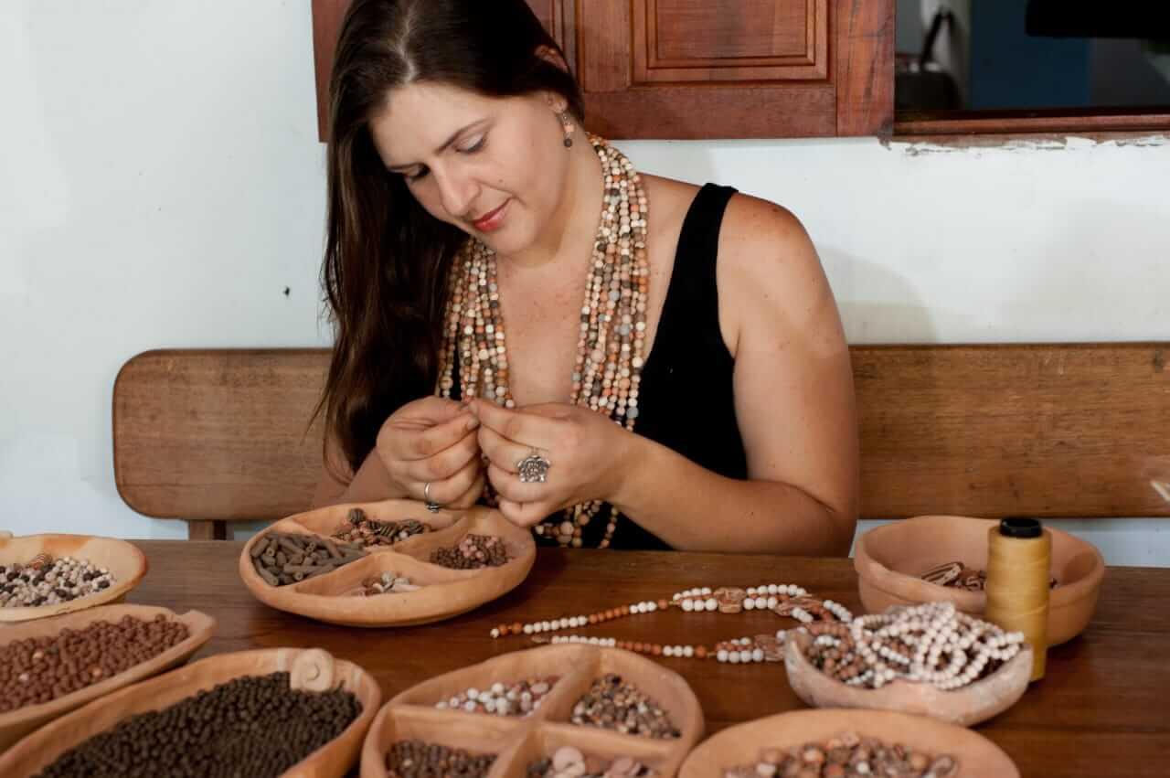 Artesa da bahia, usa argila para criar lindas joias!