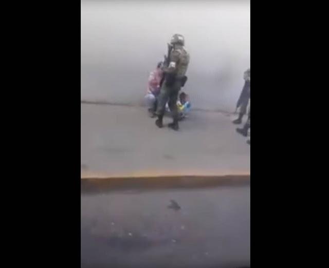"""VÍDEO, En medio de la """"narcoguerra"""" que azota al país; Heroico Soldado regala juguete a niño vendedor de chicles"""
