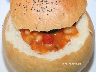 Fasole in paine reteta de post iahnie sau mancare fasolica scazuta cu ceapa morcovi ardei bulion servita in bol de pâine retete culinare mancaruri cu legume traditionale romanesti,
