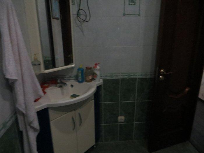 Умывальник и зеркало в туалете