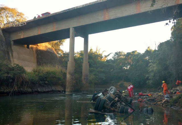 Caminhão despenca de altura de 15 metros e cai no Rio São Bartolomeu, em São Sebastião