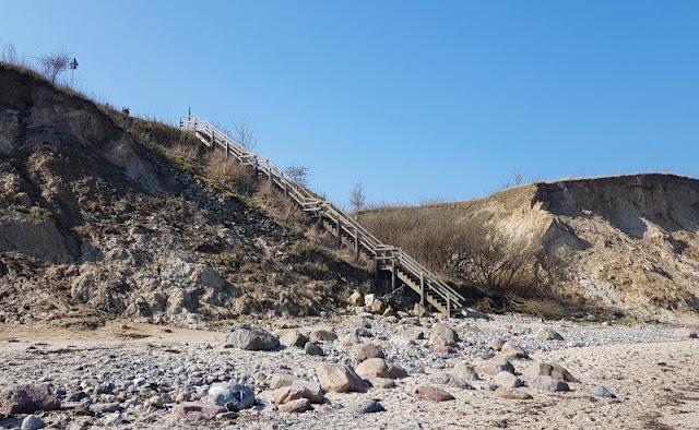 Küsten-Spaziergänge rund um Kiel, Teil 1: Die Steilküste bei Stohl. An der Küste in Schleswig-Holstein führen schöne Ruten und Wanderweg entlang.