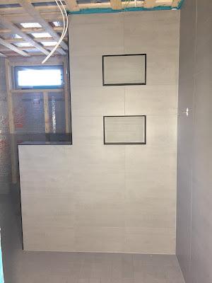 harmaa kylpyhuone, harmaa pesuhuone, harmaa-musta pesuhuone, harmaa-musta kylpyhuone, laattapiste, minos ash