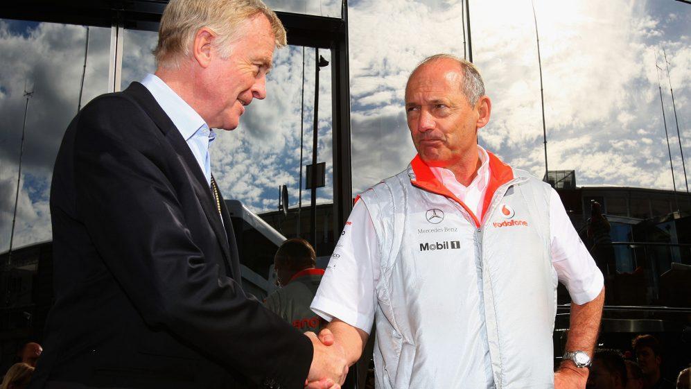 Max Mosely e o chefe da equipe da McLaren Mercedes, Ron Dennis, apertam as mãos em Spa após a saga 'Spygate'