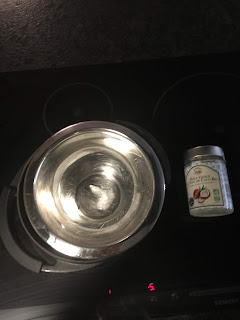 Fonte de lhuile de coco au bain-marie pour l'élaboration de la fabrication du déodorant coco bicarbonate argile blanche et fécule de maïs