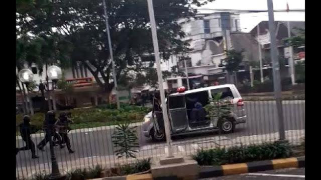 Dalih Polisi Tembaki Mobil Ambulans Saat Demo di Menteng
