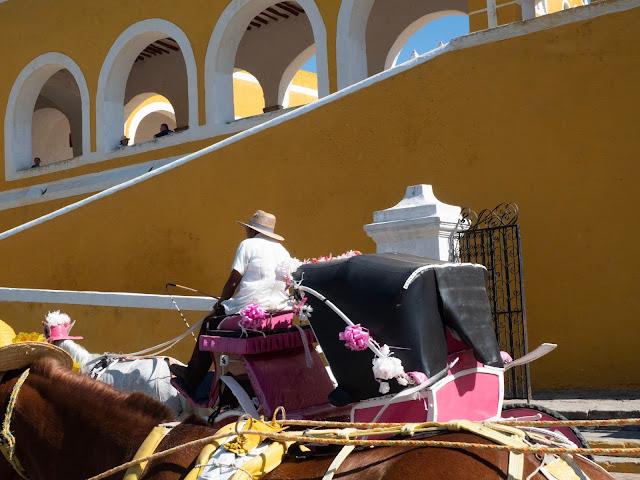 Calesa frente al convento de San Bernardino en Izamal