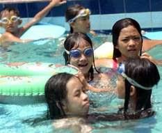 Hỏi: Phòng bệnh mắt do bơi lội