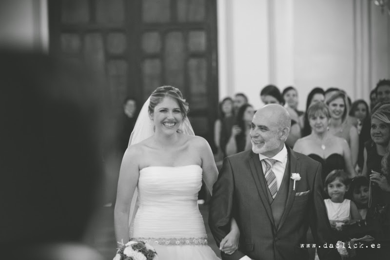 la novia entra del brazo del padre en la iglesia de Catral