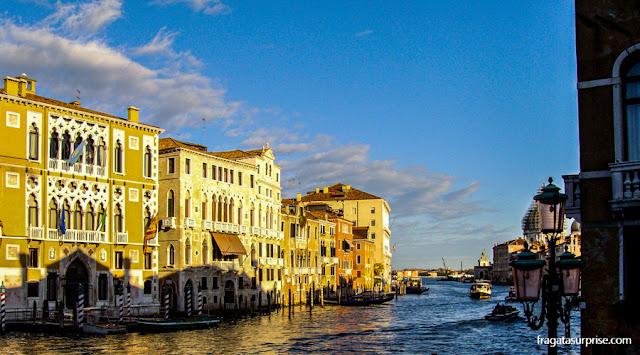 Trajeto de vaporetto por um canal de Veneza