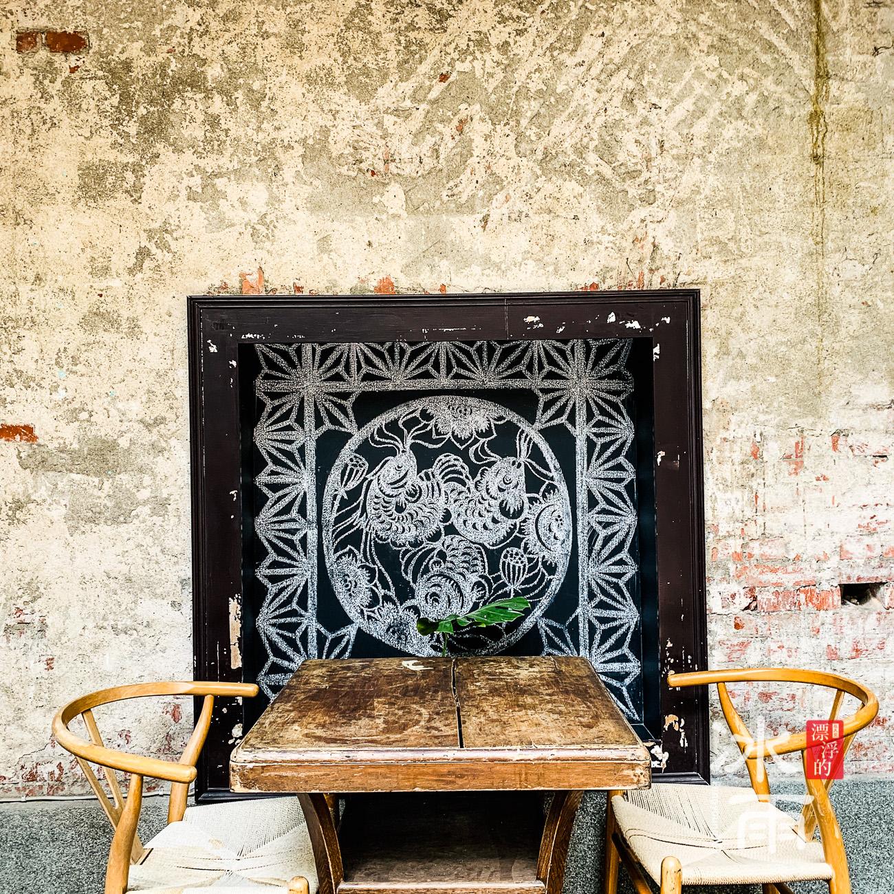 牆壁上也有一番風情,這座位好適合兩個人一起來講悄悄話