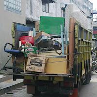 Angkut barang pindahan dengan truk.