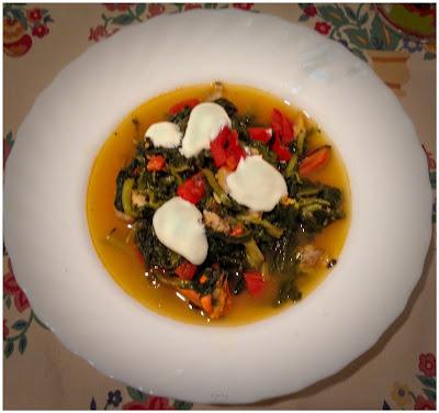 Zuppa svedese piccante con cozze, vongole, verdure e panna acida