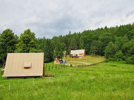 Domek Mszana (bliżej), domki Tarnawka (wyżej wzniesienia).