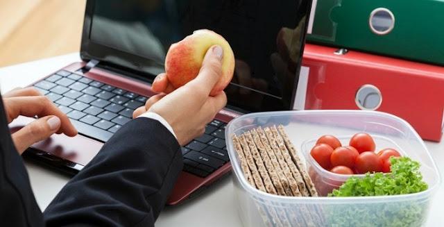 4 Tips Jitu Jalankan Diet Saat Di Kantor
