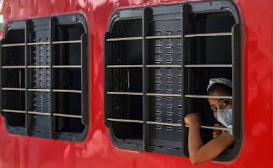 Seorang gadis India mengenakan masker saat ia tiba dari negara bagian lain di India ke Mumbai, di stasiun kereta api Dadar di Mumbai, India, 29 Juni 2021. Menurut survei sero yang dilakukan oleh Brihanmumbai Municipal Corporation (BMC) selama 1 April 2021, hingga 15 Juni 2021 pada 2000 anak-anak dari Mumbai, mengungkapkan bahwa lebih dari 51 persen anak-anak di Mumbai, di bawah 18 tahun telah mengembangkan antibodi untuk COVID-19. EPA