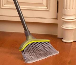 proses membersihkan lantai kayu dengan menyapu