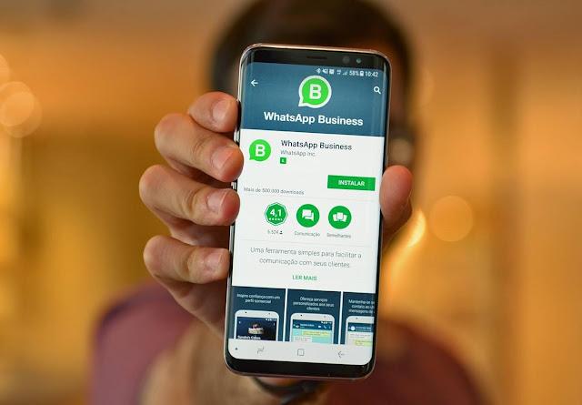Pessoa mostrando o aplicativo WhatsApp Business androidbit