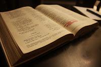 A Bíblia é um livro extraordinário porque...