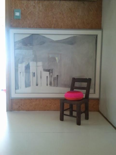 almohadon redondo colorido - Un detalle de color en un pasillo. Almohadón de crochet.