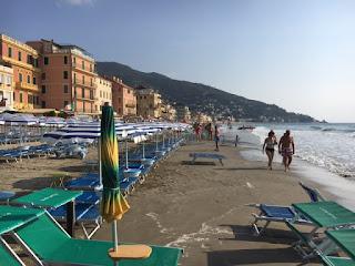 Kindvriendelijke zandstrand in Alassio, Italië