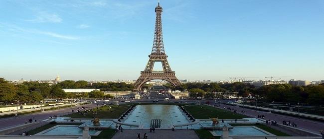 Torre Eiffel  protegida por un muro de cristal antibalas