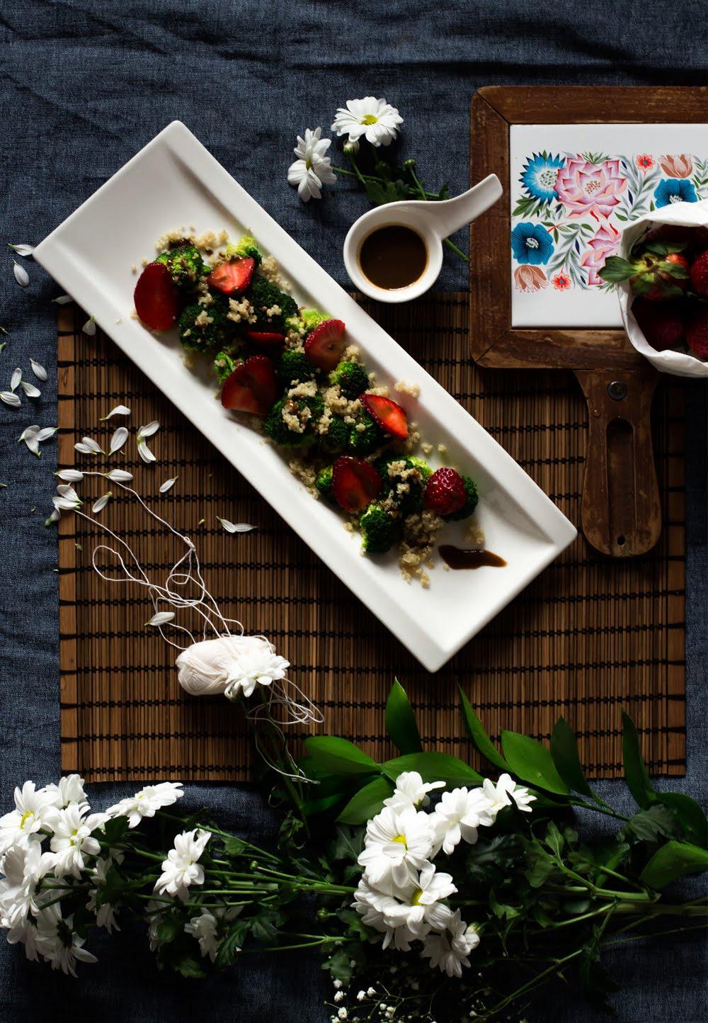 ensalada-de-brocoli-y-quinoa-con-fresas