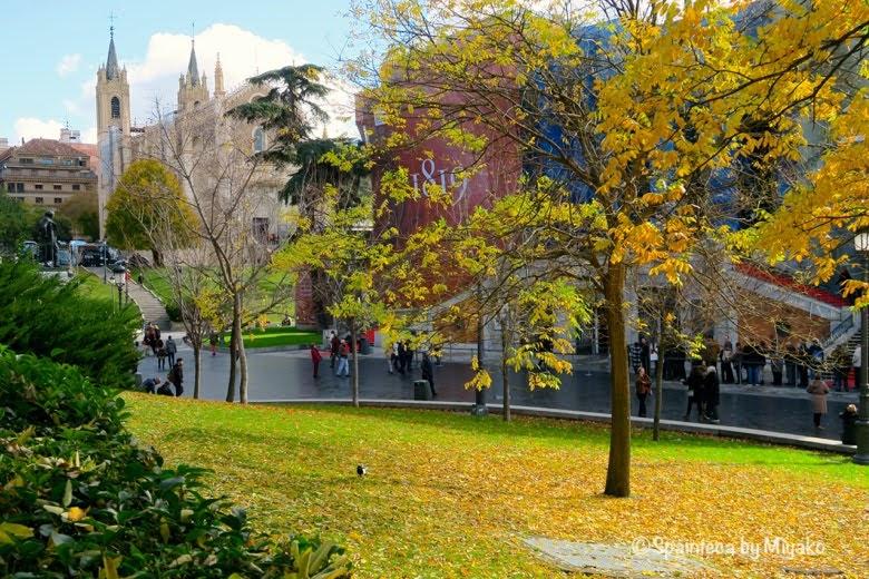紅葉に囲まれるロマンチックなプラド美術館