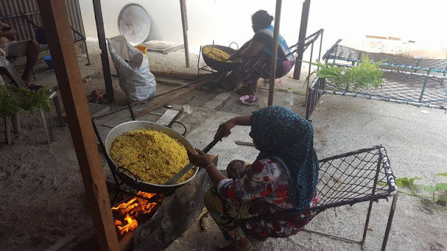 mujeres isla de Nilandhoo Maldivas