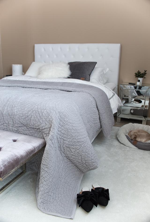 Makuuhuoneen sisustus, Villa H, sängynpäätypenkki, samettinen päiväpeitto,
