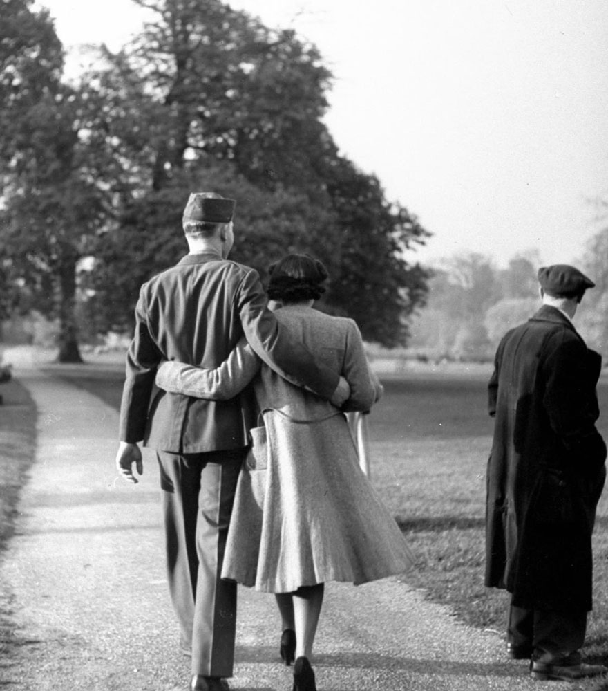 60 + 1 Heart-Warming Historical Pictures That Illustrate Love During War - Hyde Park's Paths Are Filled With Strolling Couples Like This One, 1945