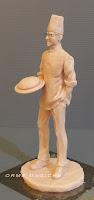 piccola scultura realizzata a mano personaggio per presepe o cake topper da mettere sulla torna orme magiche