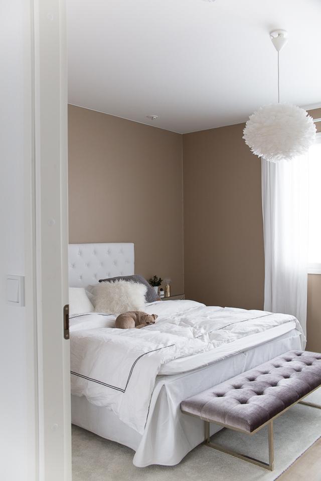 Villa H, makuuhuone, sisustus, Jotex sängynpääty, Fiona penkki, Ruth & Joanna