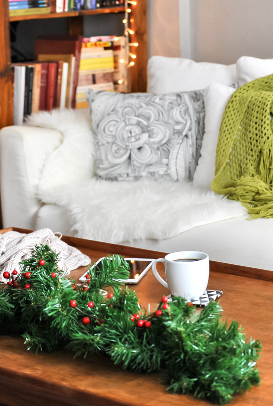 Simple coffee table christmas decoration © Eleni Psyllaki of My Paradissi