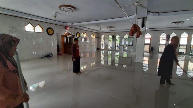 Sekretariat DPRD Sinjai Jumat Bersih di Masjid Syuhada 45